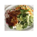 Basischer Salat mit knusprigen Röstis.