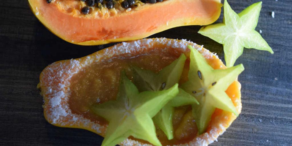 Basisches Dessert mit tropischen Früchten